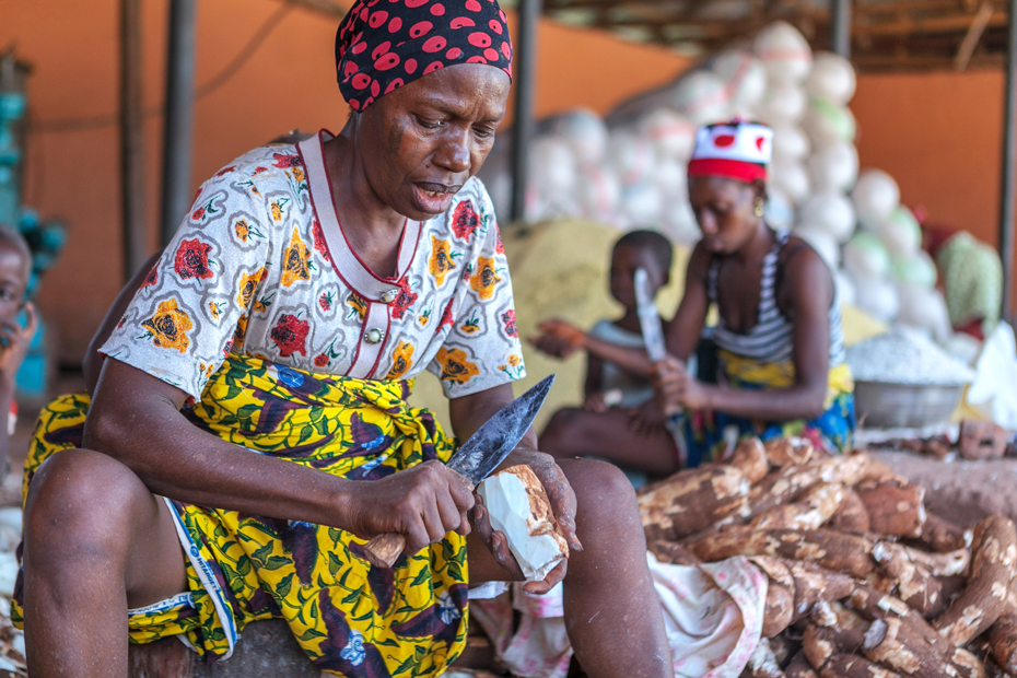 A woman processes Cassava into Garri at Ojapata production cluster.